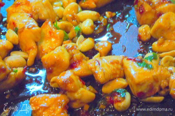 Зелень измельчите и половину добавьте к грибам, а половину к курице, всыпьте орехи и снимите с огня.