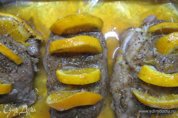 На кусочках филе сделать поперечные надрезы на расстоянии около 2 см. Прямо в них насыпать черный перец и в каждый уложить кружок (или полукруг) мандарина. Далее мандариновые дольки закрепить шпажками.