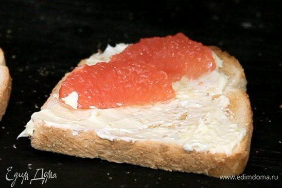 Сверху выложить грейпфрут.