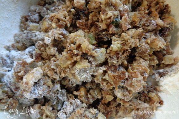 С изюма и цукатов слить воду, дать хорошо стечь. Обвалять изюм и цукаты в оставленной специально для этого муке.