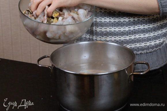 Опустить креветки и морской коктейль на 1 минуту в кипящую воду. Мексиканцы используют сырые продукты, но я всё-таки советую подстраховаться. Вариант с кипятком по желанию.