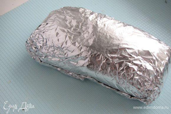 Плотно обернуть мясо фольгой, как бы придавая округлую, ровную форму. Можно обернуть еще одним куском фольги для надежности, чтобы не вытек сок. В таком виде оставить мясо мариноваться некоторое время или можно запечь сразу.