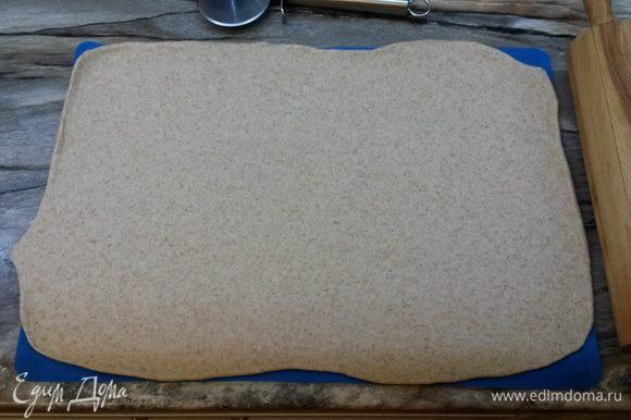 Готовое тесто делим на 3 части, на 3 противня. Каждую часть раскатываем в виде прямоугольника по размеру противня толщиной 3 мм.