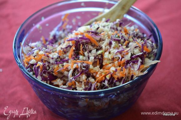 Порубить капусту красную и белокочанную. Морковь натереть, лук белый и красный тонко нарезать. Все перемешать.