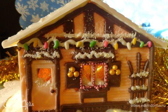 Две части крыши залить белым шоколадом. Когда все будет готово, собрать домик, склеивая детали растопленным шоколадом.