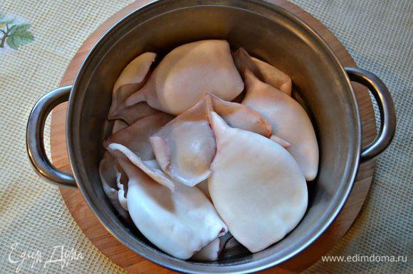 Кальмары очистить от шкурки и внутренностей, хорошо промыть. Отварить 1-2 минуты в кипящей подсоленной воде.