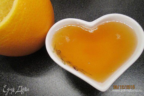 Приготовим сироп: нагреваем сок с сахаром до растворения. Сироп получается ароматный и яркий. По желанию готовим шоколадную глазурь: на водяной бане растапливаем шоколад.