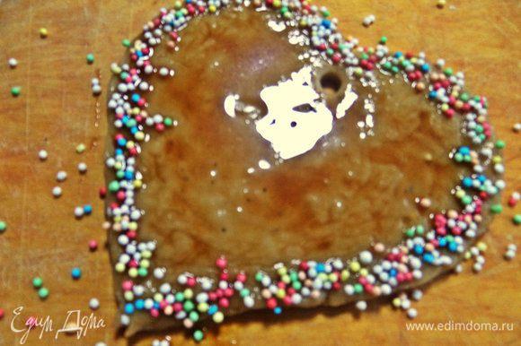 Сердечко тоже покрываем и украшаем цветным сахаром.