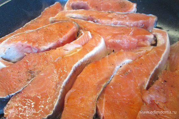 Разрезаем рыбу вдоль по хребту, нарезаем кусочками, не тоньше 1,5 см. Кожу снять (у меня не крупная рыба — я кожу оставила, чтобы при жарке не распалась на части).