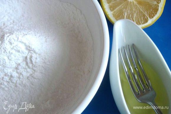 Приготовить королевскую глазурь. Сахарную пудру просеять через сито. Белок тщательно отделить от желтка. Желток не понадобится. Слегка взбить белок вилкой до образования легкой пены. Требуется не столько взбить белок, а только разрушить его структуру.