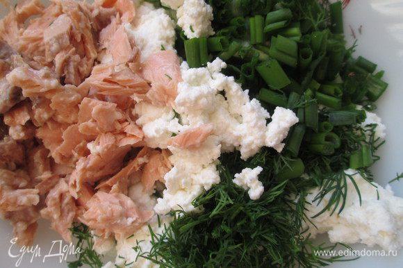 Готовим начинку: мелко нарезаем лосось (отварной, копченый, малосоленый и т.д.), измельчаем укроп и зеленый лук, добавляем мелко нарезанную фету или другой рассольный сыр. Перемешиваем, по вкусу добавляем соль, перец.