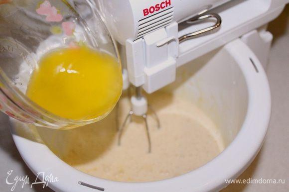 Добавить растопленное сливочное масло, снова взбить.