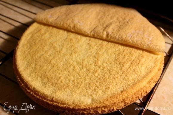 Духовку разогреть до 160°С, в форму застелить пекарскую бумагу и вылить в нее тесто. Отправить в духовку до готовности. Готовый бисквит выложить на решетку, снять пергамент и дать остыть.