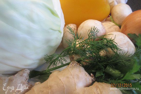 Листья капусты нарезаем квадратиками (сторона около 2 см), грибы чуть измельчаем, берем любые на свой вкус. Очень вкусно с вешенками, но сегодня у меня шампиньоны! Режем перец и лук.