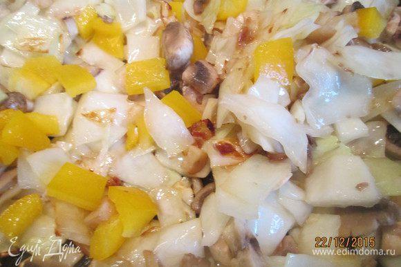 Имбирь и чеснок измельчаем. Зиру, кориандр, черный и душистый перец прогреваем на сухой сковороде и затем разотрем в ступке. Теперь обжарим на растительном масле капусту, затем в этой же сковороде жарим грибы, сладкий перец.