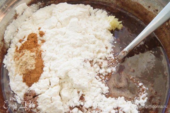Смешать муку, соль, какао и пряности. Ввести в шоколадную массу, перемешать все до гладкости.