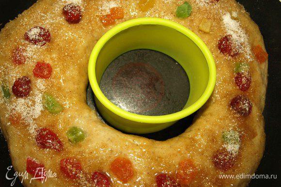 Разогреваем духовку на 180°C. Достаем емкость из кольца, смазываем кольцо яичным белком и посыпаем сахаром. Я ставлю в центр силиконовое кольцо для уверенности, что форма кольца сохранится. И отправляем на 30-45 минут (все зависит от вашей духовки). Крендель должен подрумяниться.