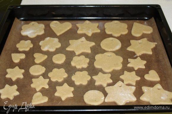 Разложить печенье на противень и запекать в разогретой духовке при 180°C 5-7 минут.