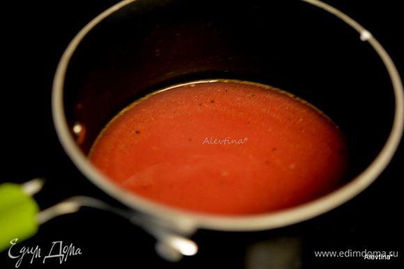 Приготовим соус. Красное вино смешать с бульоном. С готового мяса перелить жидкость, что образовалась за время готовки. Перемешать. Поставить на огонь и тушить, помешивая, жидкость должна увариться наполовину. Отдельно смешать крахмал с водой. Добавить в соус, перемешать. Готовить, помешивая, чтобы жидкость загустела, снять с огня, добавить кусочек масла и перемешать до растворения масла, посолить и поперчить, перемешать.