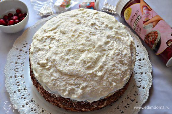 """С утра украсить верх торта """"снежинками"""" не тающей сахарной пудры. Бока — тёртым шоколадом."""