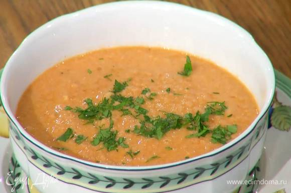 Суп разлить в тарелки, сбрызнуть оливковым маслом Extra Virgin и посыпать петрушкой.