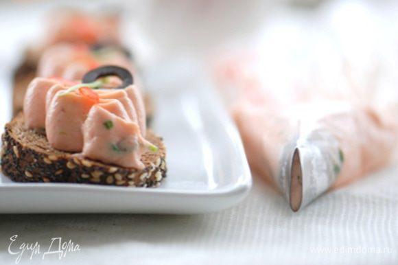 С помощью насадки Сант-Оноре (или любой другой) отсадить мусс на кусочек бородинского хлеба. Украсить по своему желанию.