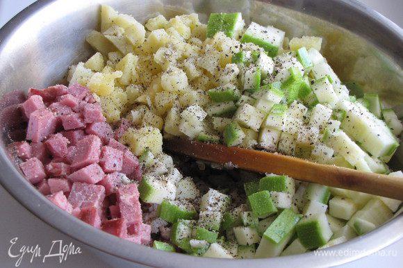 Добавить к фаршу нарезанный мелким кубиком картофель, цукини и бекон. Я бекон заменила на копченую говядину. Все перемешать.