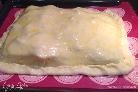 Раскатайте оставшееся тесто так, чтобы можно было накрыть филе и основу, края теста защипните, сверху смажьте яйцом. Выпекайте в духовки 30-40 минут, до подрумянивая.
