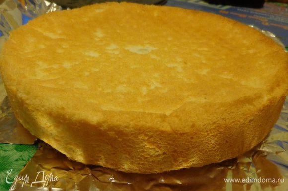 А потом собрать торт. Аккуратно пройтись по краю бисквита ножом и вынуть его из формы. Снять пергамент.