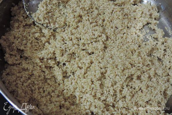 Готовим, помешивая кунжут на сковороде до получения легкого золотистого цвета и появления приятного запаха.