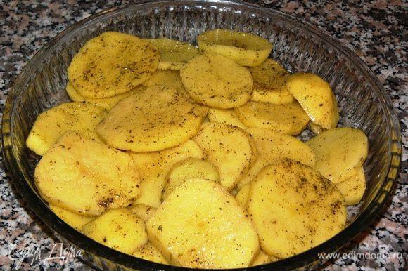 Картофель выкладываем в форму, солим, перчим, добавляем немного масла и розмарин. Отправляем в духовку, разогретую до 200°C, на полчаса.