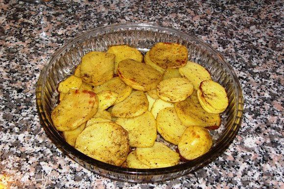 Было бы неплохо запекать картофель и котлеты в разных формах, но у меня размеры духовки не вмещают две посудины, поэтому я достала полуготовый картофель...