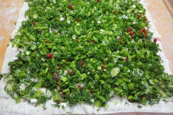 Накрыть следующим листом, смазать его оставшимся соусом и выложить зелень.