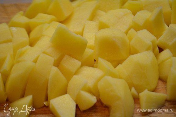 Картофель почистить и порезать крупными кубиками.