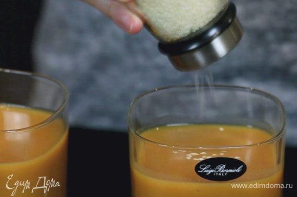Взбить суп блендером, при желании дополнительно протереть через мелкое сито. В конце добавить приправы по вкусу. Подавать с зелёным луком и кунжутом.