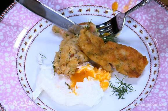 Подавать рыбные пальчики с яйцами пашот.