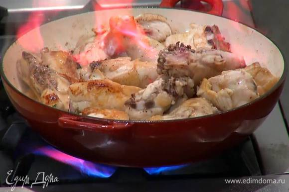 Влить в сковороду с курицей портвейн и дать алкоголю выпариться.