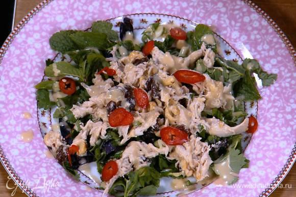 Перец чили нарезать тонкими колечками и выложить сверху на салат.