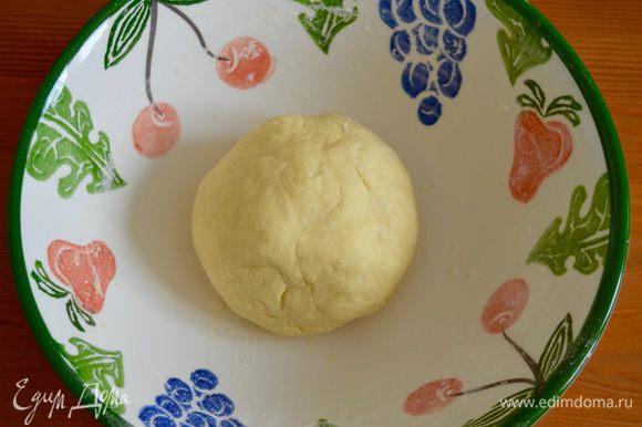 Муки может уйти чуть меньше, главное, чтобы тесто не прилипало к рукам! Готовое тесто собрать в шар и ненадолго отставить в сторону, прикрыв чистым полотенцем.