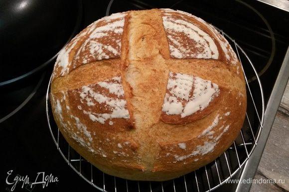 Готовый хлеб остужаем на решетке. Есть хлеб сразу после выпечки не рекомендуют. Советуют дать ему отлежаться 6-8 часов. Всем румяного, ароматного, вкусного хлеба!