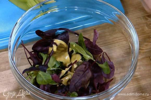 Листья салата полить половиной заправки и перемешать.