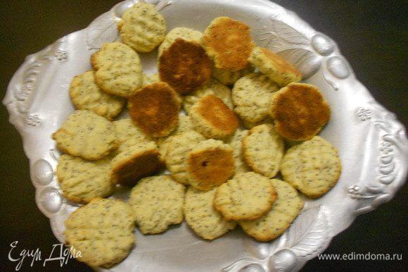 Выпекать печенье в нагретой духовке при температуре 175°C 12 минут. Сразу выложить в блюдо.