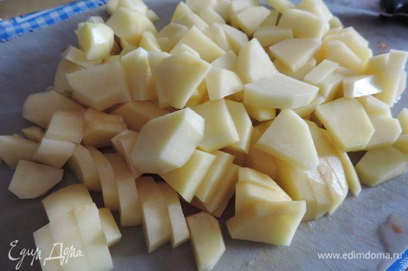 Пока жарится зажарка, картофель нарезаем и отправляем в кипящий бульон с мясом.