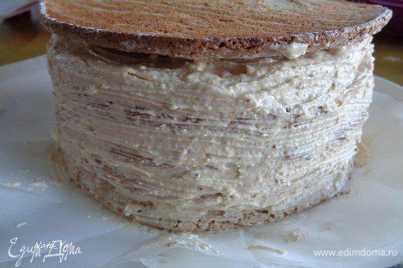 Верх торта накрыть коржом плоской стороной вверх.