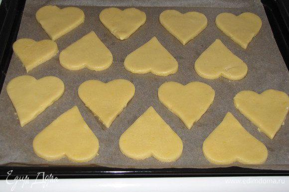 Соединить сухую часть теста с масляно-яичной, замесить тесто. Тесто мягкое и эластичное, хорошо собирается в шар. Убрать тесто на полчаса в холодильник. Раскатать в круг, толщиной 7 мм. и вырезать формочкой сердечки, или что-то другое. Оставшееся тесто снова собрать в шар и снова раскатать, вырезать сердечки и т. д. пока все тесто не закончится. Выложить на противень застеленный пекарской бумагой. Выпекать в разогретой до 180°C духовке 15 минут до легкого зарумянивания.