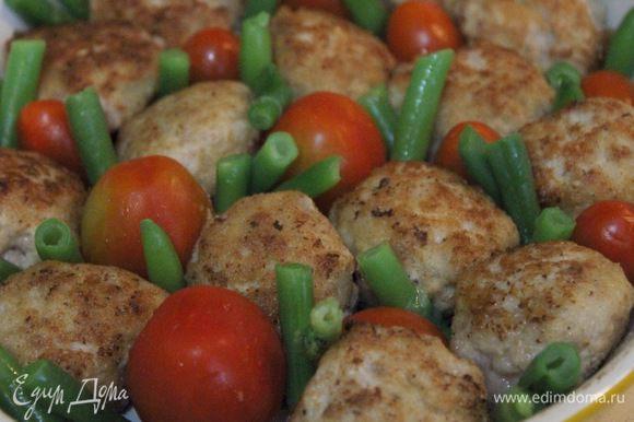 В форму для запекания выложить мясные шарики (булетты), помидоры Черри и стручковую фасоль. Залить все соусом и запекать в разогретой духовке при 200°C 10-15 мин. Подавать к столу с пылу, с жару.