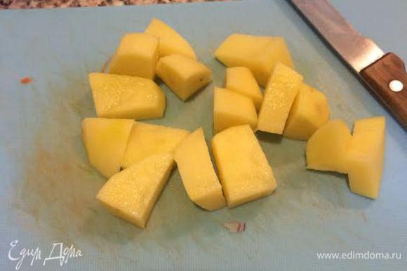 Картошку. Бульон от рыбы процедить и залить овощи. Варить минут 5.