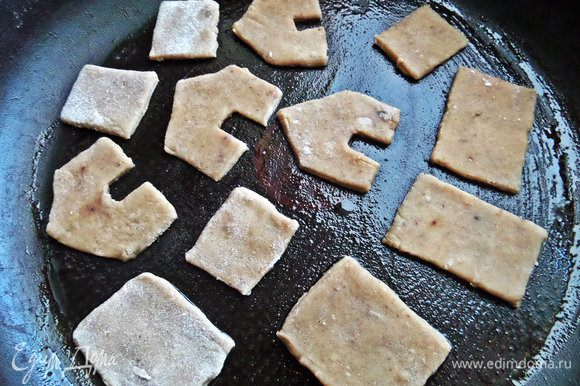 Вырезанные кусочки теста переносим в смазанную маслом форму. Пересчитайте детали, чтобы всех хватило!