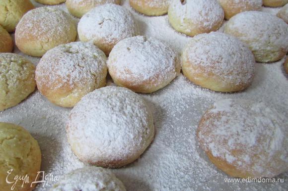 Затем обильно посыпать сахарной пудрой.