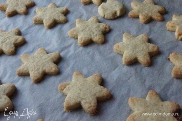 Готовое печенье полностью остудить, прежде чем перекладывать на блюдо. Это важно, так как оно очень хрупкое.